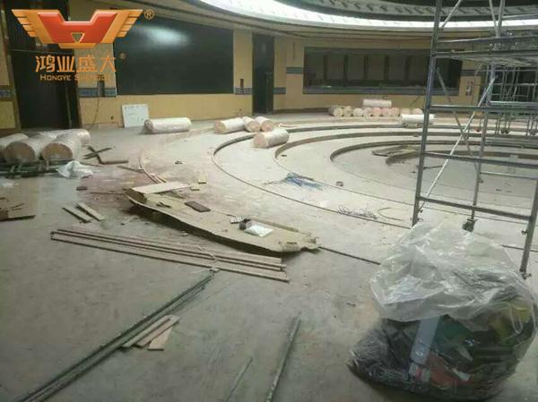 酒店国际会议室的环形会议台正在安装